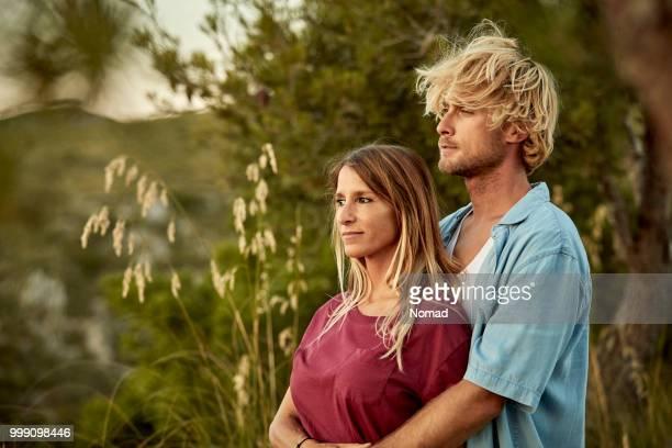 Paar auf der Suche nach in der Natur