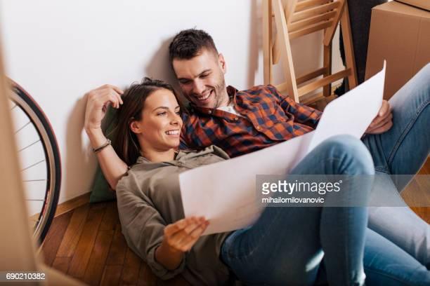 Couple à la recherche de plan de la nouvelle maison