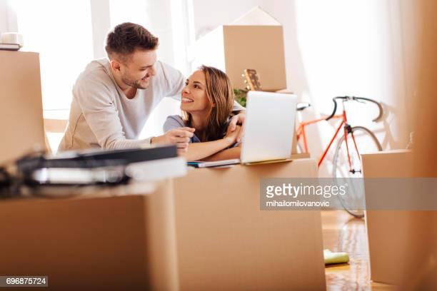 casal procurando assim no amor - mudança - fotografias e filmes do acervo