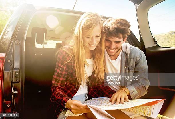 Couple à la recherche le préférez sur une carte