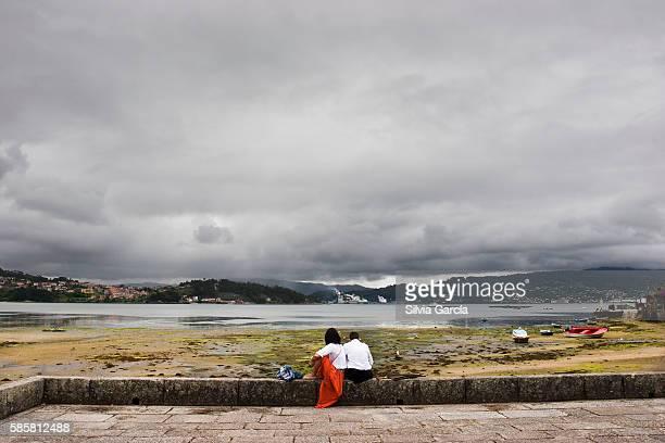 Couple looking the low tide in Combarro, Concejo de Poio, Rias Bajas, Pontevedra, Galicia
