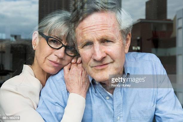 couple looking through window - seulement des adultes photos et images de collection