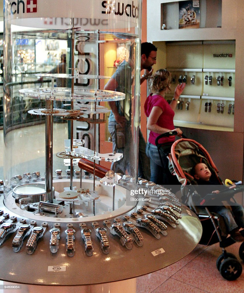 A couple looks over a display of watches in Valencia, Venezu : News Photo