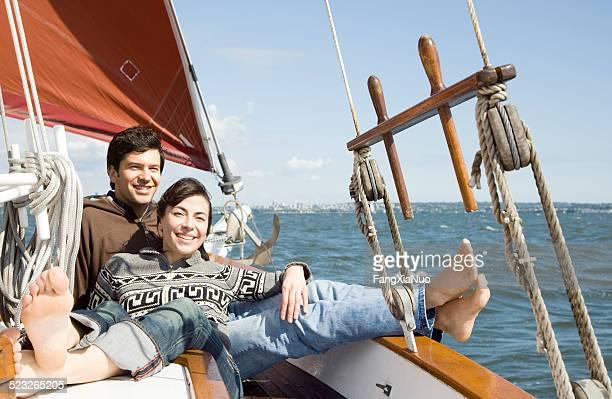 Couple de détente sur un bateau