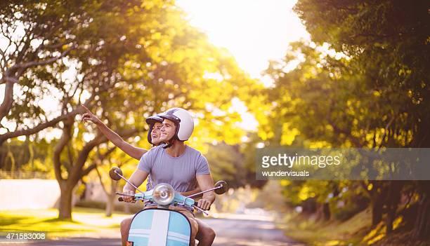 Paar Liebenden die Sehenswürdigkeiten auf einen scooter road trip