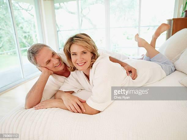 Couple Allongé sur le lit en Affectueux
