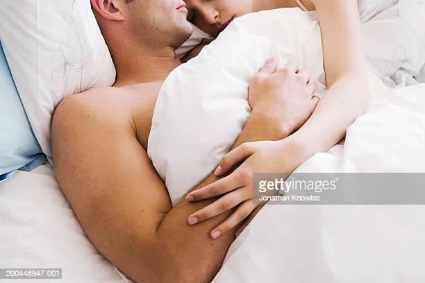 couple lying in bed, close-up - couple au lit photos et images de collection