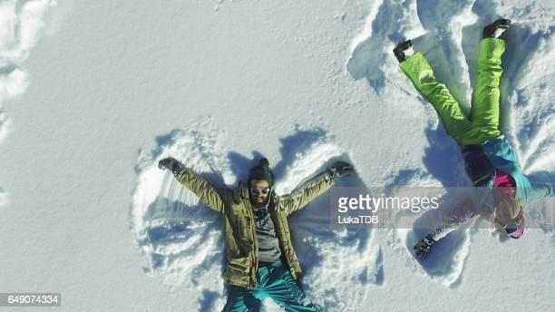 Couple en silhouette d'ange dans la neige