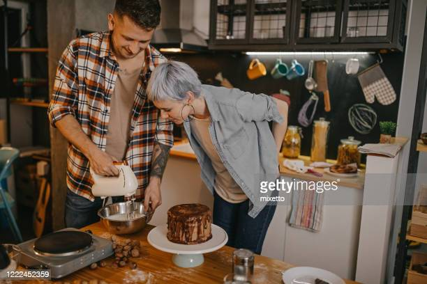 couple making cake at home - women whipping men stock pictures, royalty-free photos & images