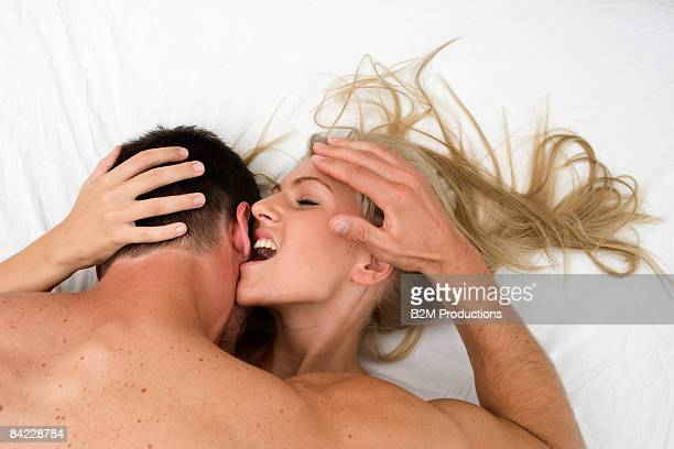 couple making love on bed - orgasmo fotografías e imágenes de stock