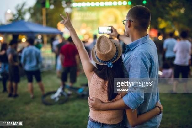 pareja haciendo selfie en un festival de música - music festival fotografías e imágenes de stock
