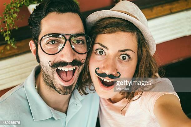 Paare, die selfie mit mustaches
