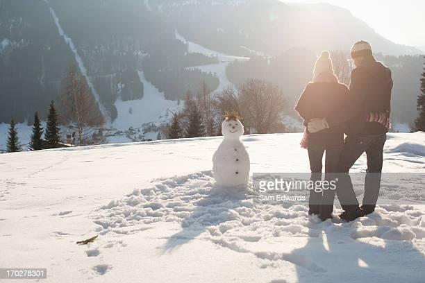 Paar machen Schneemann