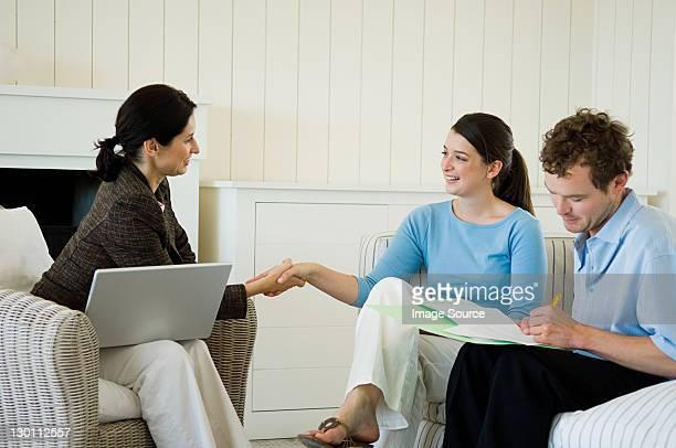 Paar treffen Berater zu Hause finanziellen