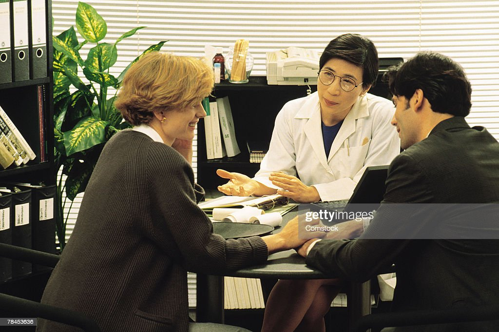 Couple meeting with doctor : Stockfoto