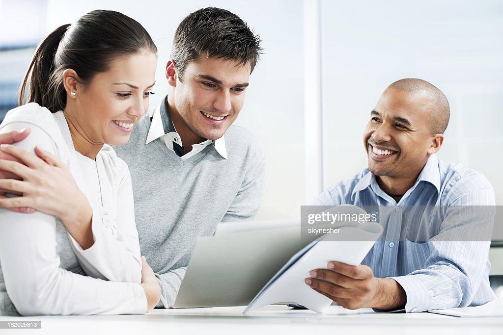 Paar Treffen mit financial advisor : Stock-Foto
