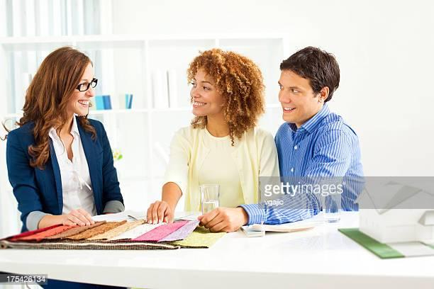 Casal em reunião com Decorador de Interiores