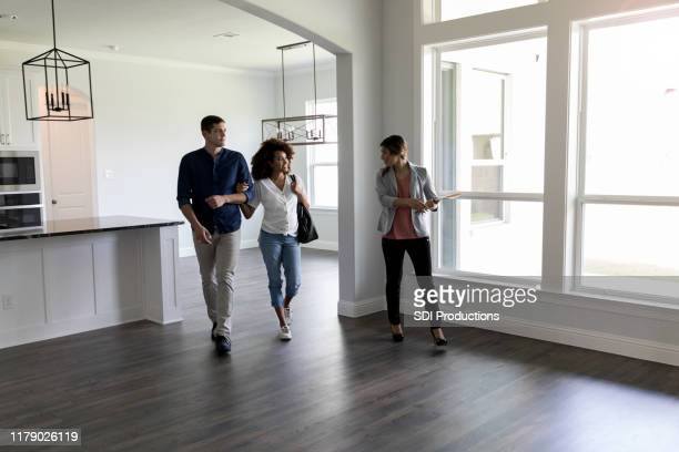 le couple rencontre l'agent immobilier - affaires finance et industrie photos et images de collection