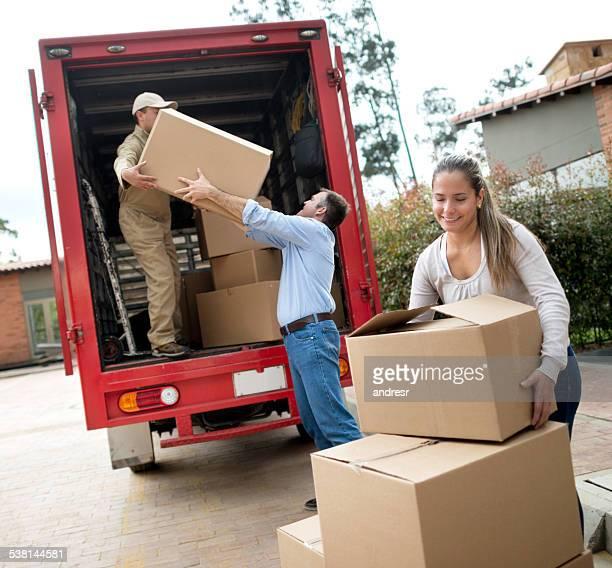 Paar in Bewegung und helfende movers