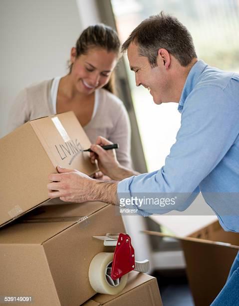 のカップル引っ越し - マーキング ストックフォトと画像