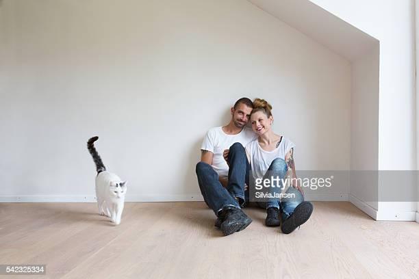 Paar Umzug in neues Haus Zusammenhalt