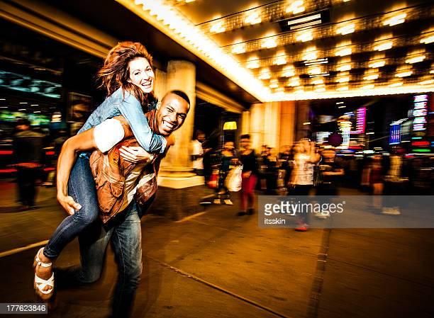 casal de estilo de vida de cidade de nova york - broadway manhattan - fotografias e filmes do acervo