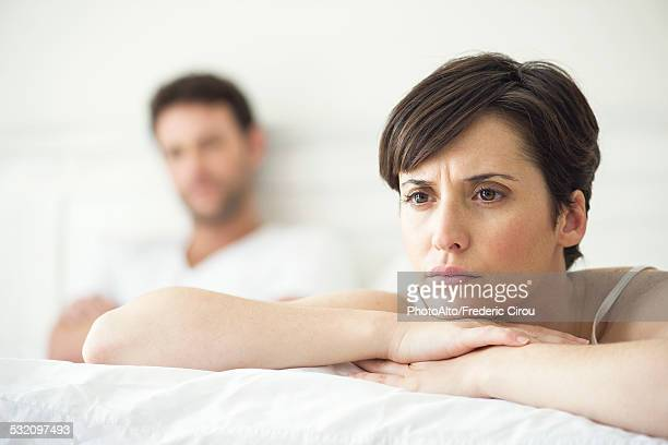 couple not speaking after disagreement in bed - esposa imagens e fotografias de stock