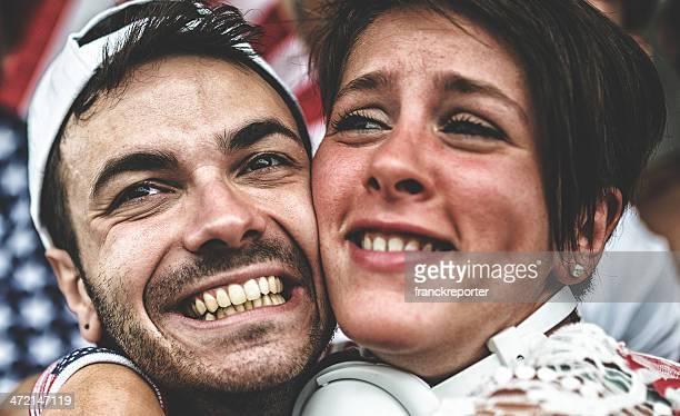 couple d'américains partisan au stade s'enlacer - événement sportif photos et images de collection