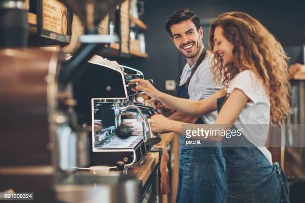 Par de baristas en una tienda de café