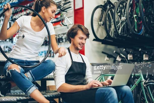 Par de propietarios de tiendas de bicicletas