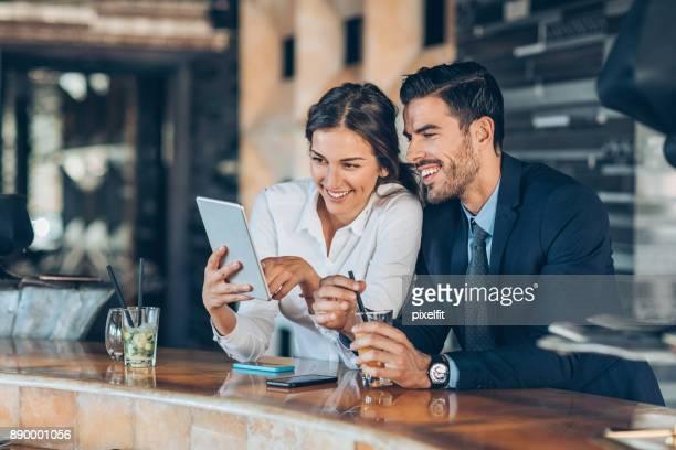 casal de empresários ter bebe no lobby do hotel - estereótipo de classe alta - fotografias e filmes do acervo