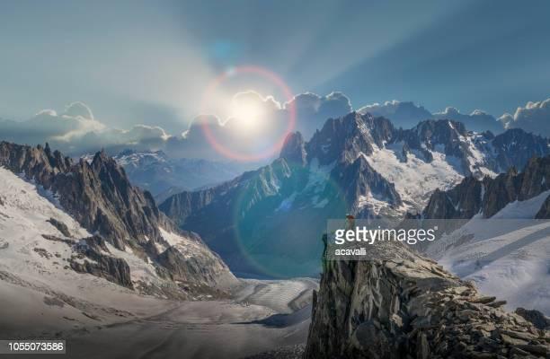 山の頂上に達する登山の夫婦 - クールマイヨール ストックフォトと画像