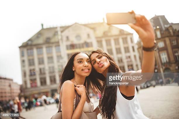 Paar Freunde, die ein selfie auf amsterdam dam square