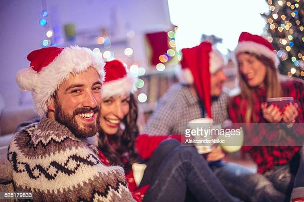 Paar mit Freunden am Heiligabend
