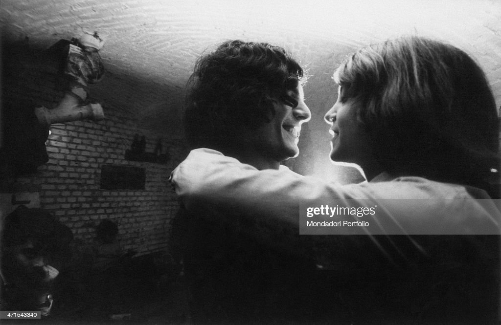 A couple of hippies in a beat club : News Photo
