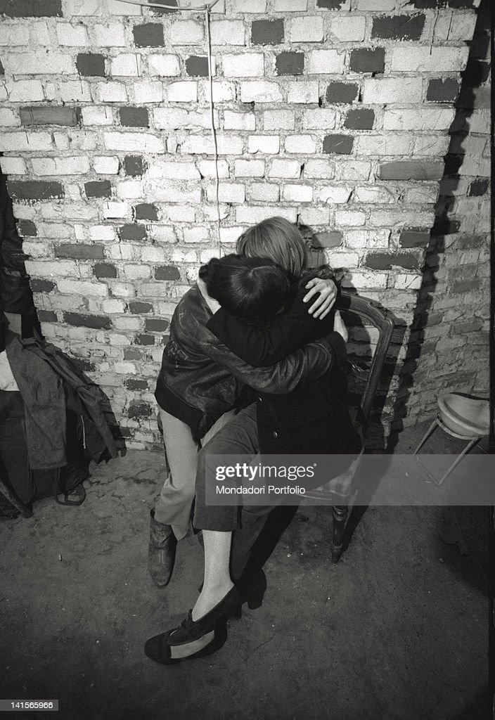 Beatniks Hugging : News Photo