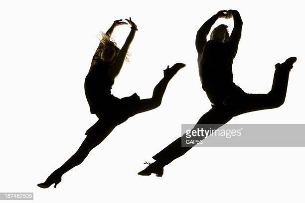 Paar springen Tänzern vor einem weißen Hintergrund.