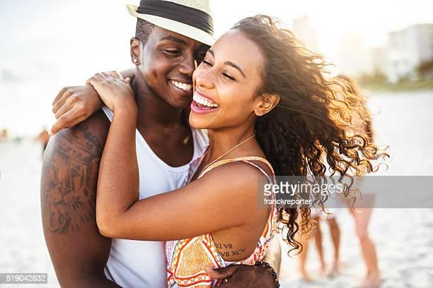 pareja de enamorados en miami playa - chica adulta negra espalda desnuda fotografías e imágenes de stock