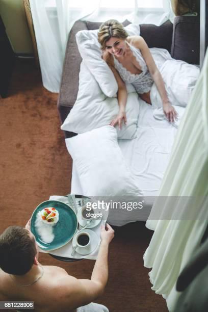 a couple of newlyweds - mid adult men imagens e fotografias de stock