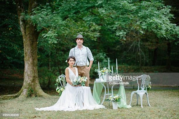 Paar Menschen sitzen in der Nähe von eingerichtete Tisch