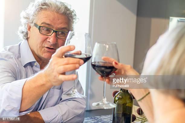 Ein paar Senioren Weinproben wie zu Hause fühlen.