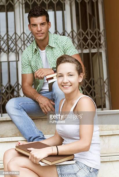 Paar Studenten außerhalb der Schule