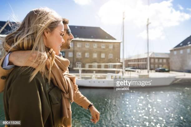 Paar Touristen an der Marina in Kopenhagen