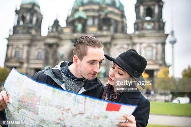 Paar Touristen in Berlin Lesung touristischen Landkarte