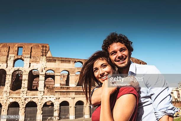 casal de turista apreciar as férias em roma - latino americano - fotografias e filmes do acervo