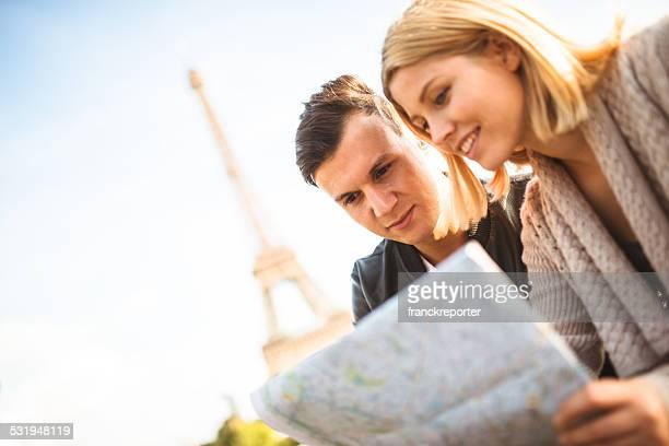 Paar Touristen auf Paris liest einen Stadtplan