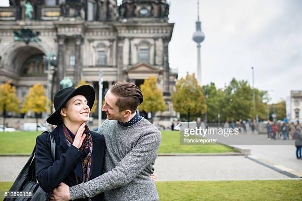 Paar Touristen auf Urlaub in Berlin unter der Kuppel