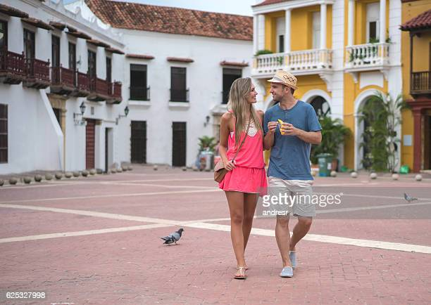 couple of tourists walking in cartagena - cartagena colombia foto e immagini stock