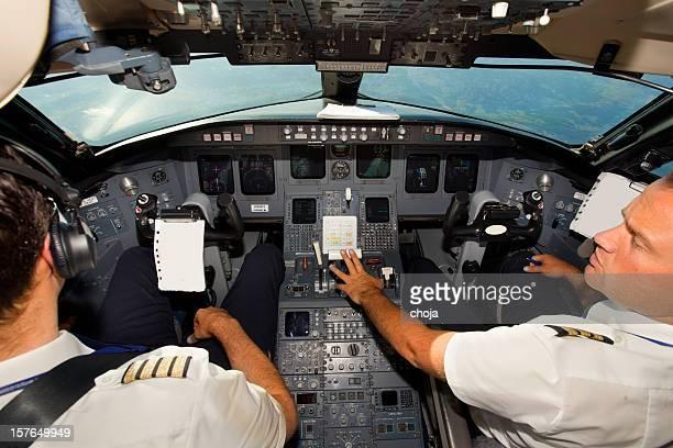 Couple de jeunes Pilotes dans le cockpit