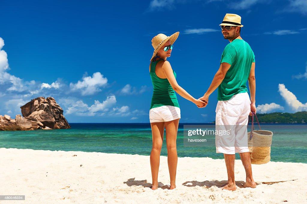 Casal numa Praia em Seychelles : Foto de stock